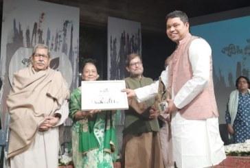 ড. কাদেরের 'কালি ও কলম তরুণ কবি ও লেখক পুরস্কার লাভ