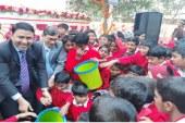 তালায় শিক্ষা প্রতিষ্ঠানে ময়লা ফেলানো ঝুড়ি বিতরণ
