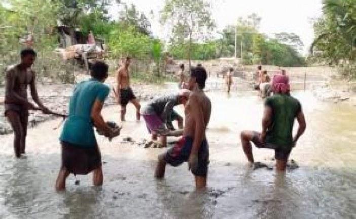 স্লুইসগেটের সামনের বাঁধ কেটে দিল কৃষকরা